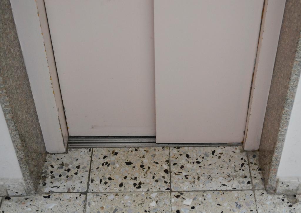 In einem Gebäude mit mehreren Praxen ist ein sehr enger Fahrstuhl.
