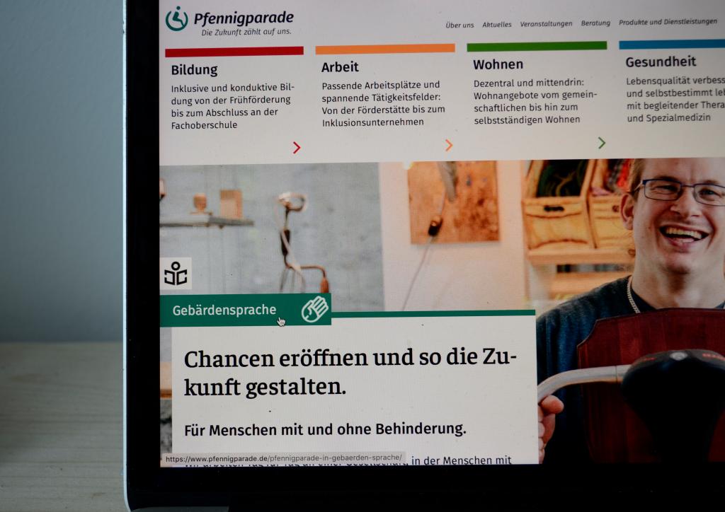 Die Homepage der Pfennigparade bietet Möglichkeiten der digitalen Barrierefreiheit, wie die Darstellung der Website in einfacher oder auch Gebärdensprache.